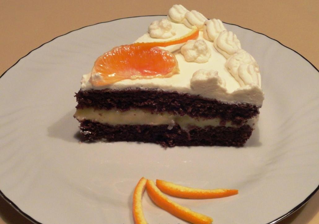 Fetta di torta al cacao con panna